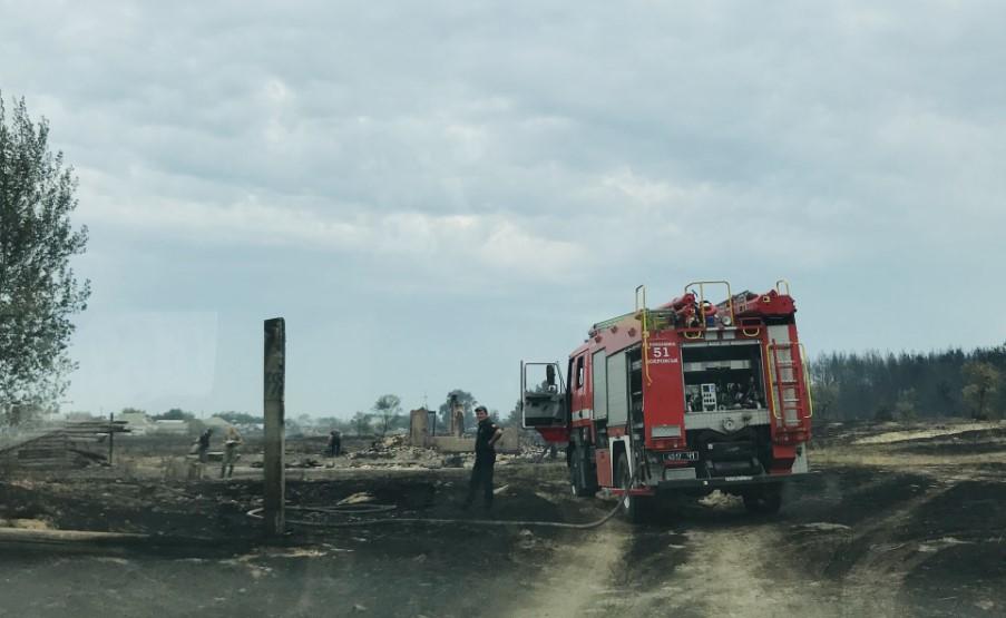 """""""Люди сидять біля згорілих будинків і не розуміють, що їм робити"""". Як виглядає село Смолянинове, де згоріли понад 20 будинків"""