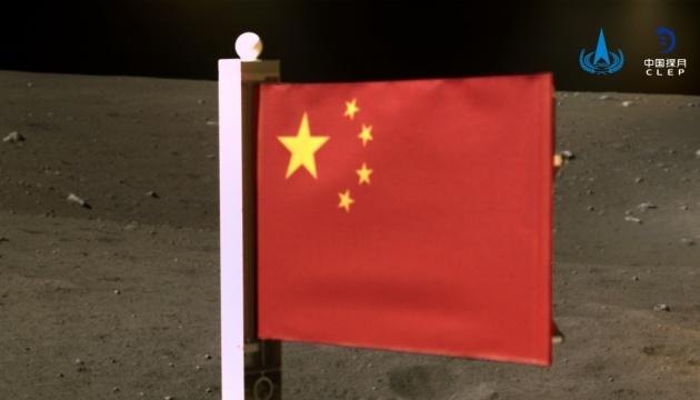 На Луне впервые в истории развернули флаг Китая