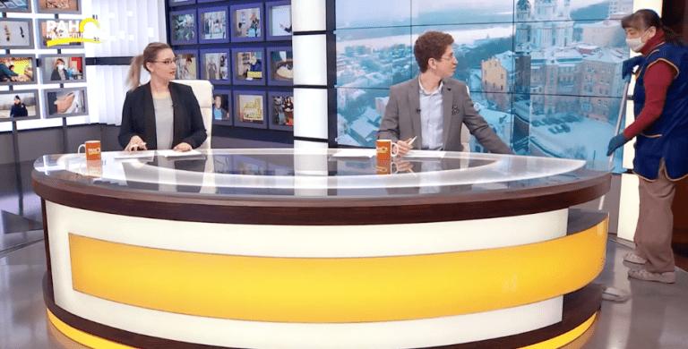 Уборщица помыла пол в прямом эфире украинского телеканала и стала звездой сети