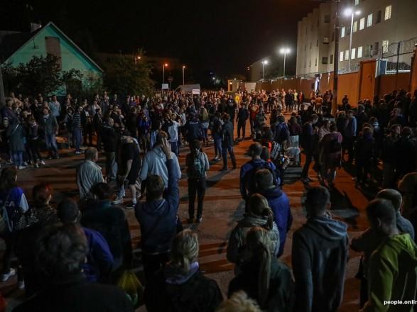 """Вышедшие изследственного изолятора вМинске рассказали обиздевательствах: """"Заставляли петь гимн Беларуси иизбивали"""""""