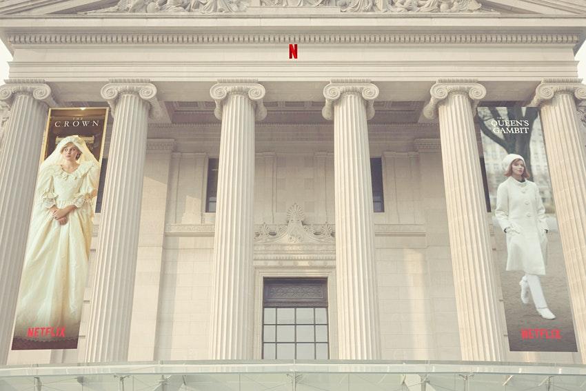 """Бруклинский музей приглашает на виртуальную выставку костюмов из сериалов """"Ход королевы"""" и """"Корона"""""""