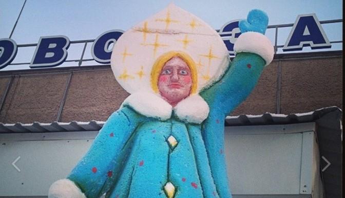 """Не успели утихнуть страсти вокруг памятника Аленушке в российском Нововоронеже, как в сети появилась Снегурочка, которую уже назвали """"сестрой"""" ранее упомянутого объекта."""