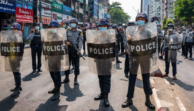 В Мьянме в течение прошлых суток убили почти 40 протестующих
