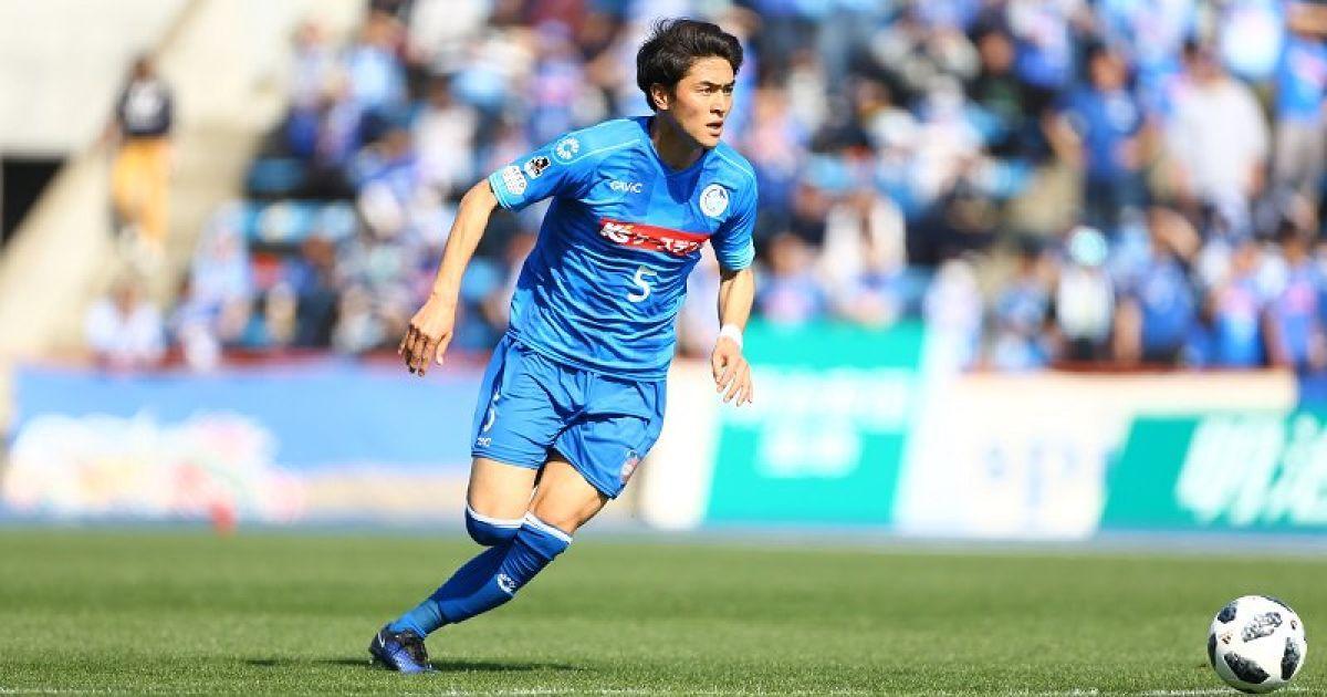 В Японії футболіст забив курйозний автогол спиною з дальньої дистанції. ВІДЕО