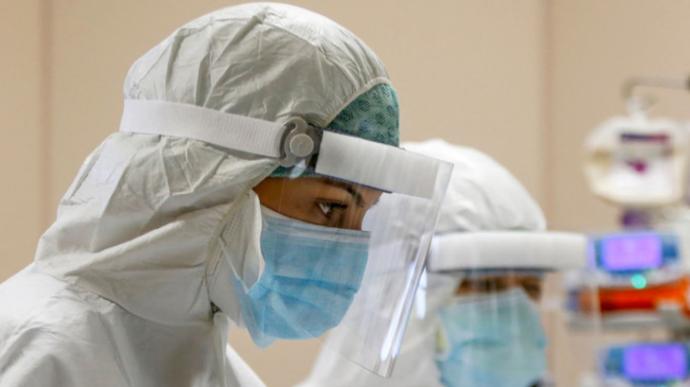 Не стали героями. Соціологиня пояснила, чому на тлі пандемії лікарям довіряє лише 4% українців