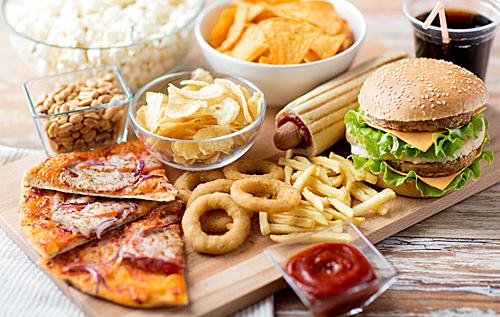 Нездоровая еда ухудшает сон подростков