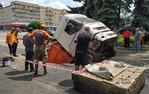 У Житомирі вантажівка з асфальтом провалилася під асфальт. ВІДЕО