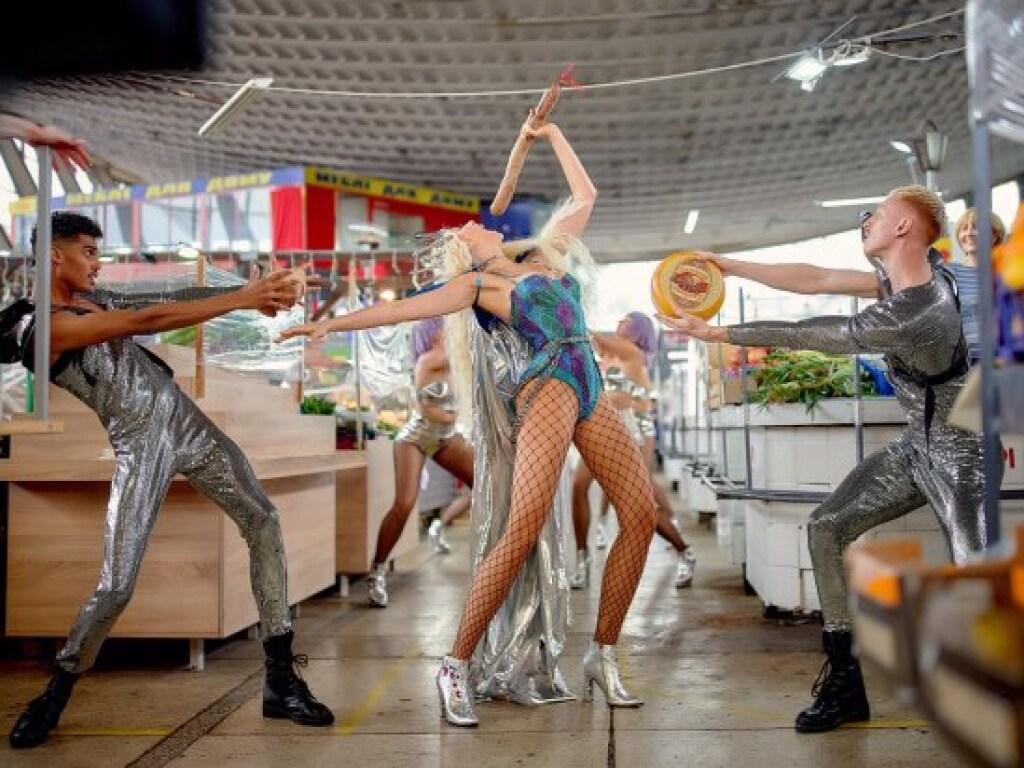 """""""Нічна жриця"""". Оля Полякова влаштувала танці з ковбасою на Житньому ринку. ФОТО"""