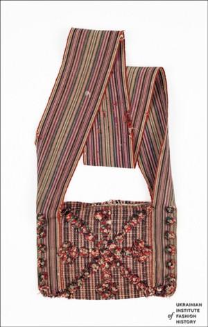 На Поліссі виготовляли навіски – плетені полотняним переплетенням зі смужок  кори дерев сумки різного розміру. Навіски складалися з двох частин 1a5e5db79ee26