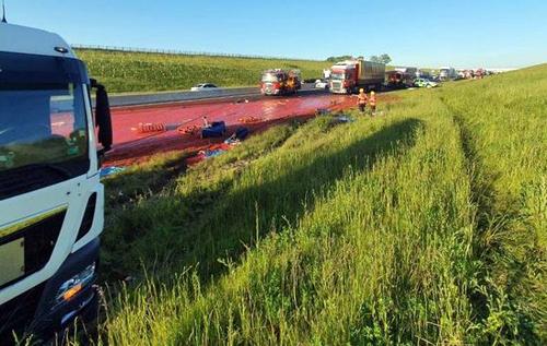 Грузовик с кетчупом устроил коллапс на дороге в Англии