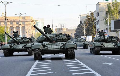 """Військова техніка з """"парадів"""" у Донецьку й Луганську не відведена: РФ готує воєнну ескалацію в регіоні, – Снєгирьов"""