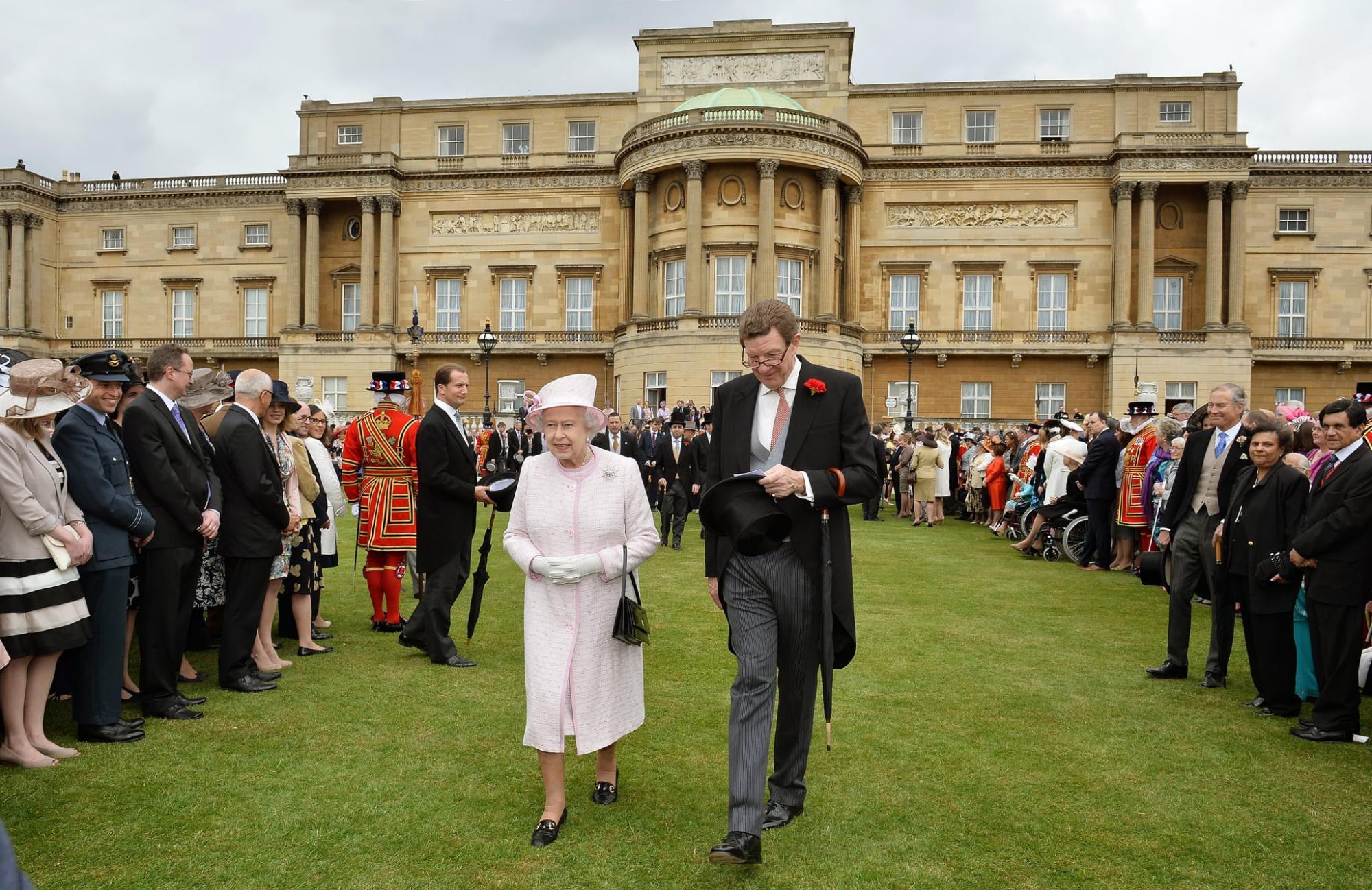 Королева Елизавета II впервые в истории пустит туристов на пикники в сад Букингемского дворца