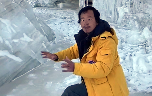 В Китае популярный блогер и эколог погиб, упав в ледяной водопад. ВИДЕО
