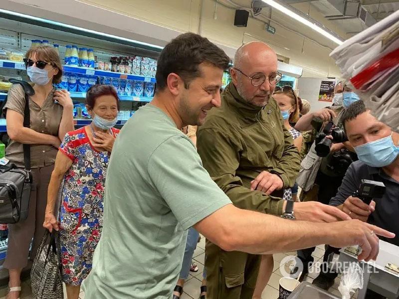 Опять без маски: Зеленский сделал покупки в супермаркете на Донбассе. ФОТО