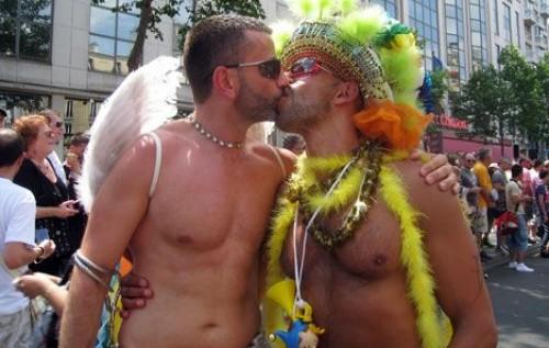 мужик целует мужика геи