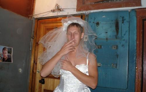 video-nevesta-sidit-na-svadbe-bez-trusov