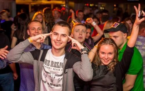 У клубах Ялти молодь скандує «Слава Україні!»