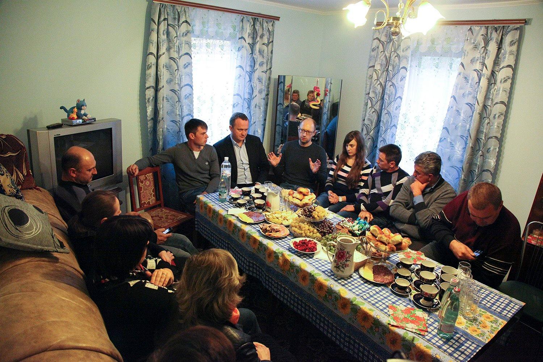 Яценюк навідався до родини, яка тримає чебуречну біля траси (фото)
