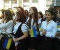 1 вересня в Маріуполі учні прийшли в вишиванках - а російські танки за 30 км від цієї школи. ФОТО