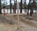 Старшина з «Айдару» примусив комунальників поставити хрести на могилах сепаратистів. ФОТОФАКТ