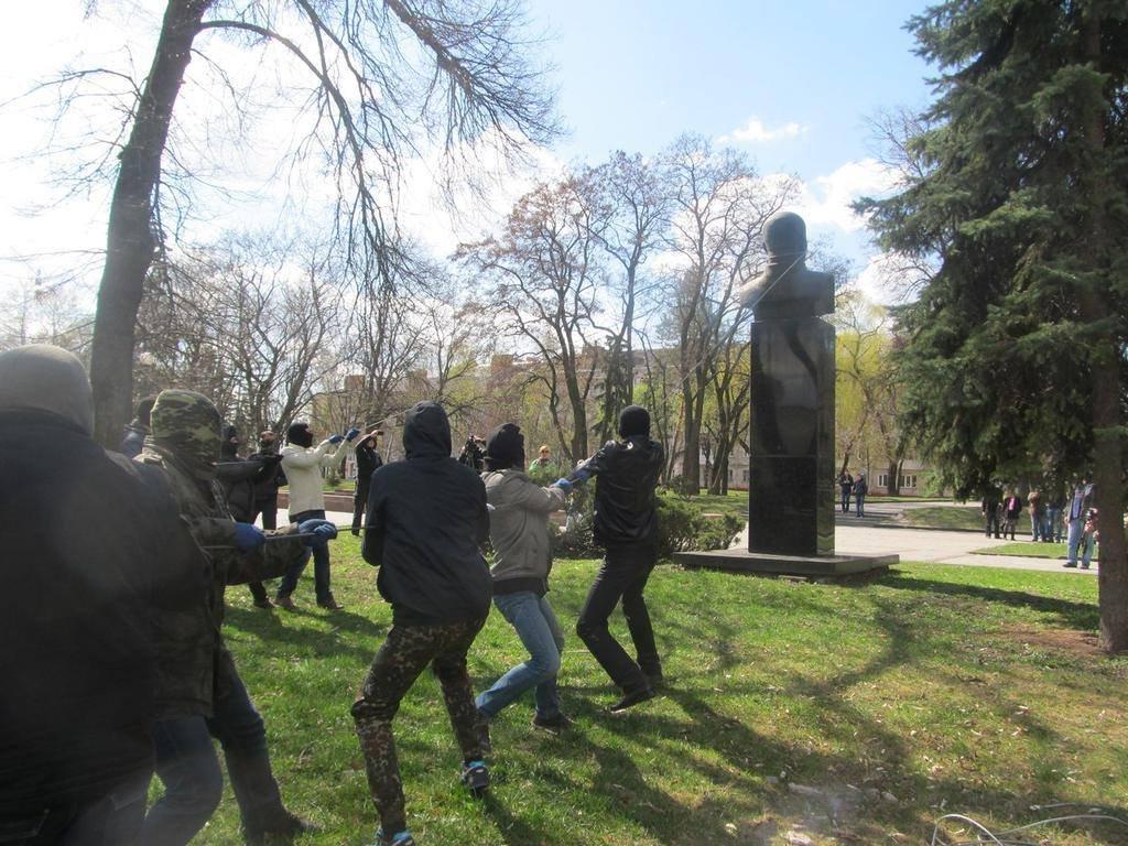 Знесли пам'ятник Леніну в Краматорську та Щорсу і Кропив'янському в Чернігові. ФОТО
